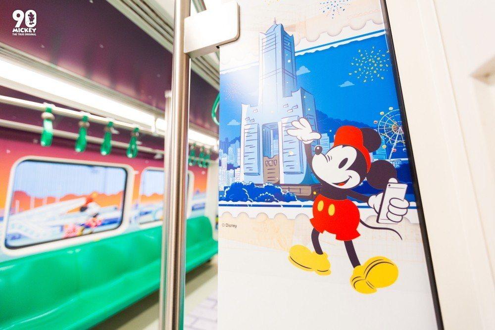 列車內可見到米奇現身於85大樓前。圖/高雄捷運公司提供