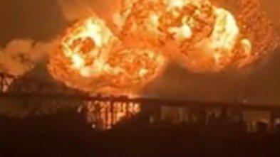 美國賓州南費城一處煉油廠21日凌晨4時發生爆炸,隨後引發大火,拍到現場情況的民眾...