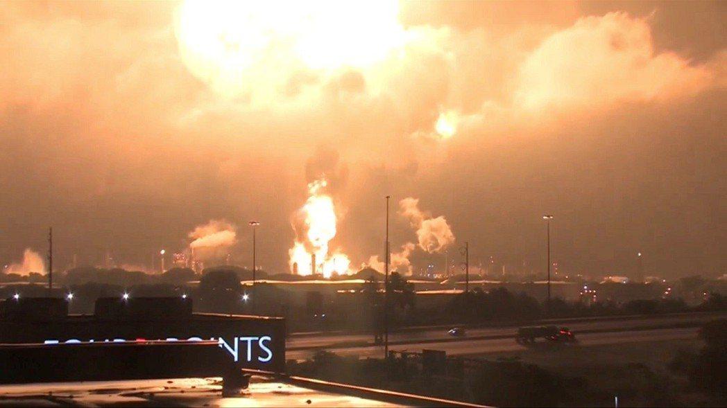 美國賓州南費城的費城能源解決方案精煉設施21日凌晨4時發生爆炸,橘色火光直衝天際...
