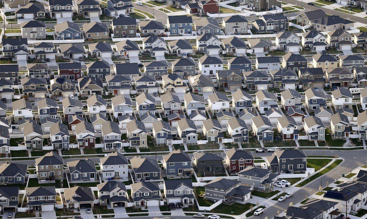 40年期房貸的還款壓力低於傳統的30年期,但專家指出,總還款金額會高出許多。圖為...