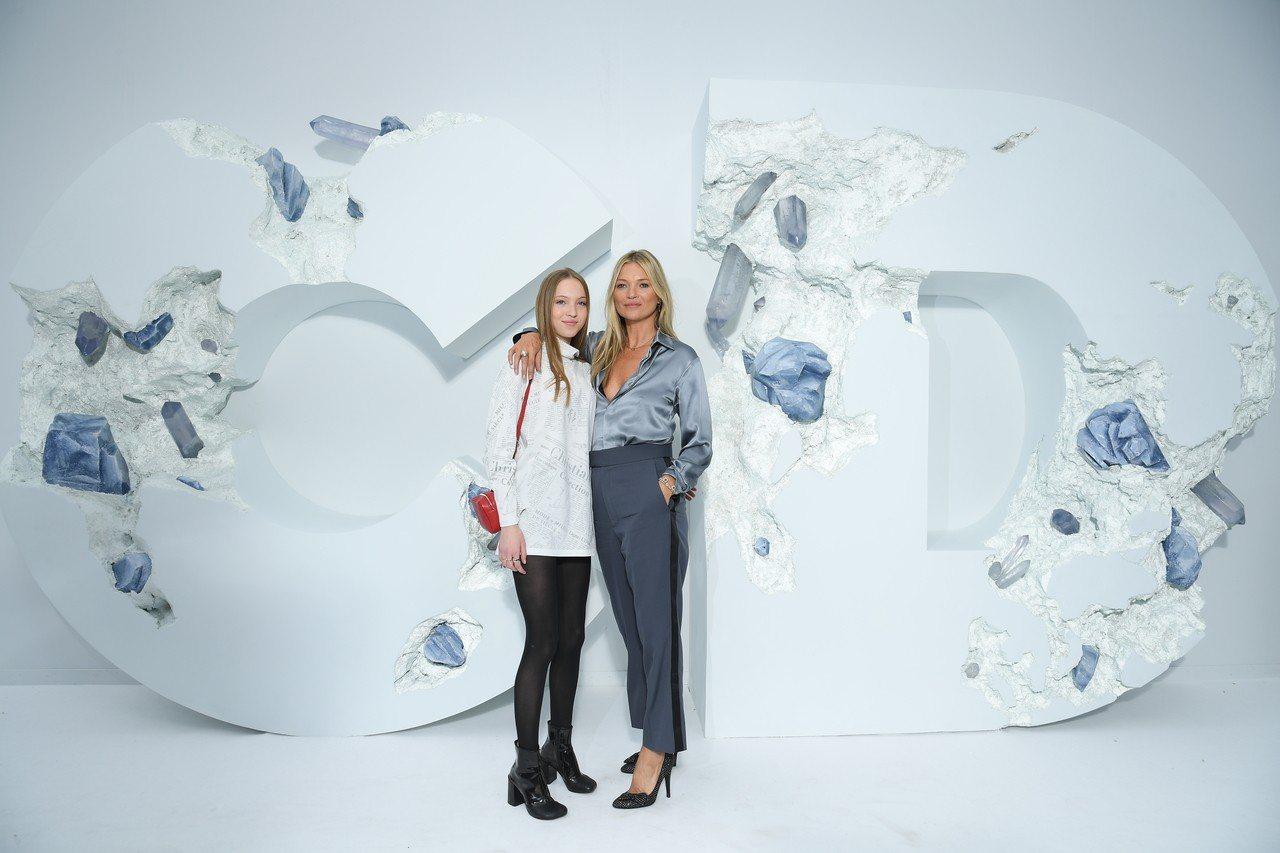 超模凱特摩絲與女兒一起來看DIOR男裝秀。圖/DIOR提供