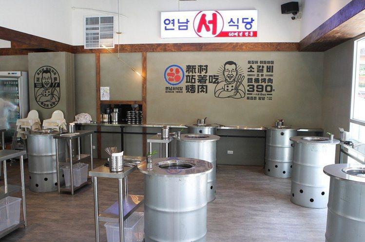 店內同樣提供鐵桶型烤爐,讓民眾站著用餐。記者陳睿中/攝影