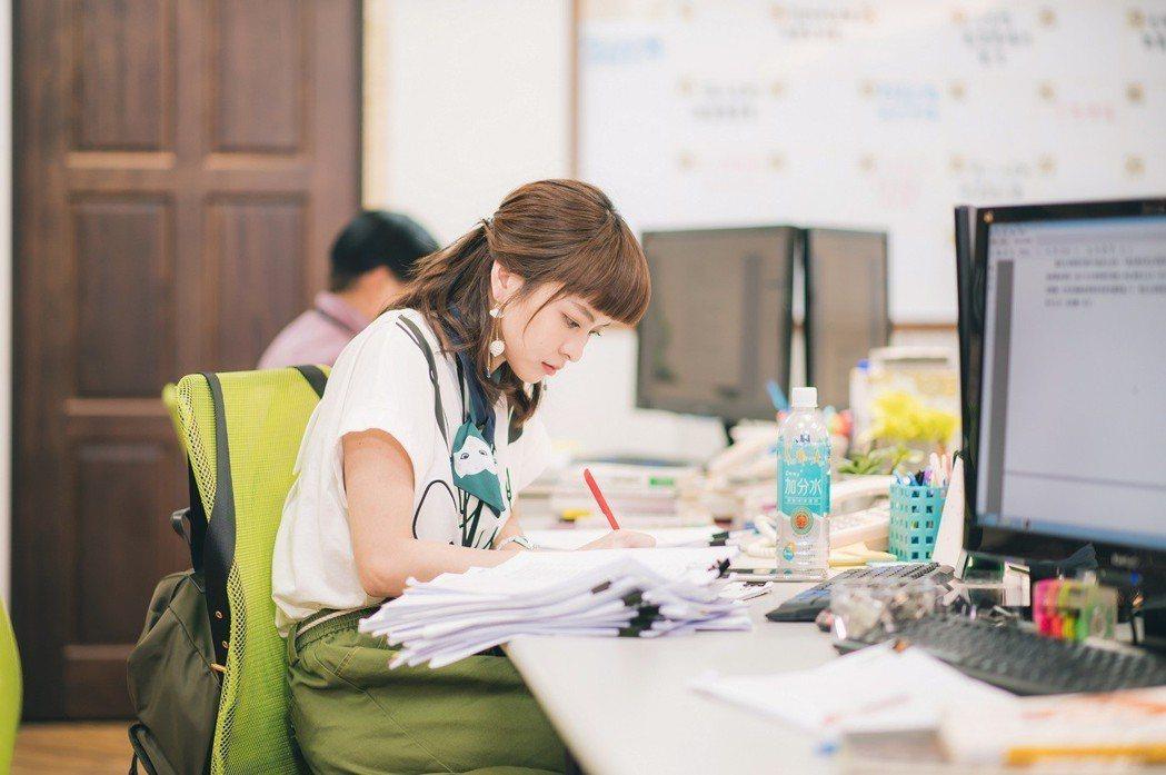 葉星辰飾演謝佳見的責任編輯。圖/東森提供