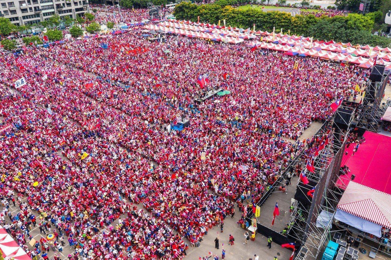 下午四點主辦單位宣布現場超過五萬人。記者黃仲裕/攝影