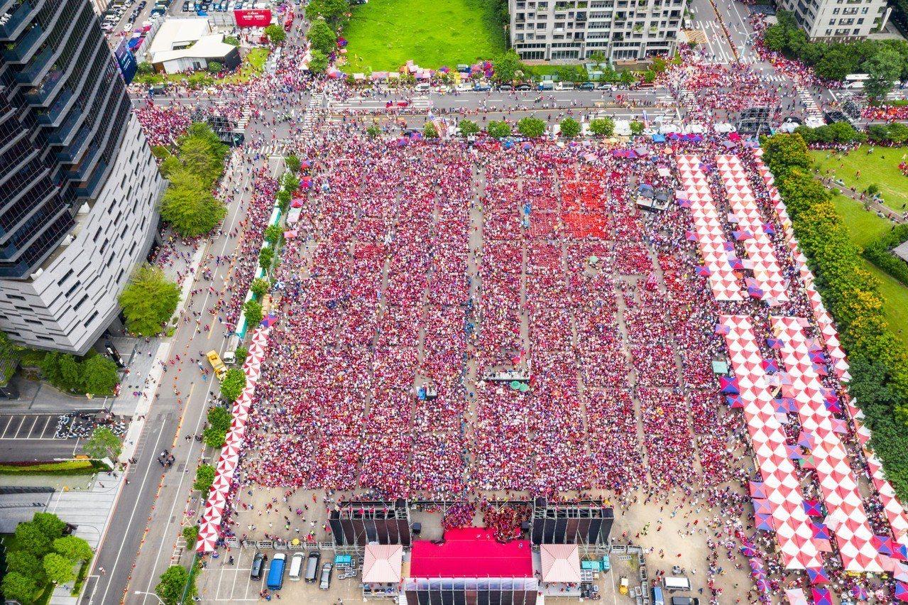 高雄市長韓國瑜今天台中造勢,會場聚集許多韓粉,主辦單位現場宣布超過5萬人。記者黃...