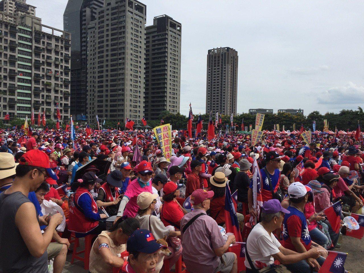 高雄市長韓國瑜今天台中造勢,會場聚集許多韓粉,主辦單位現場宣布超過5萬人。記者余...