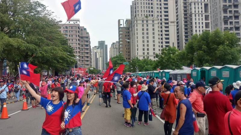 高雄市長韓國瑜造勢今晚登場,下午韓粉已聚集超過5萬人,人潮滿出來到馬路上。記者趙容萱/攝影