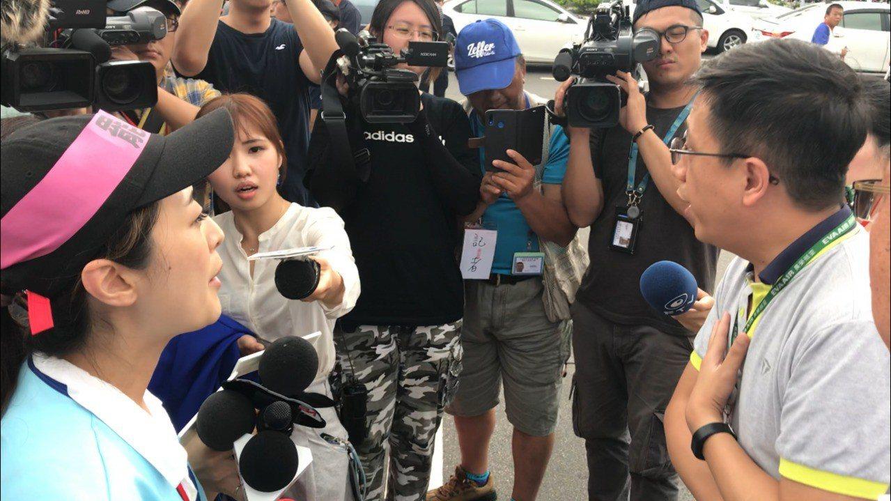長榮航空空服員罷工行動持續進行,22日下午一名資方代表出面向工會代表詢問如何拿回...