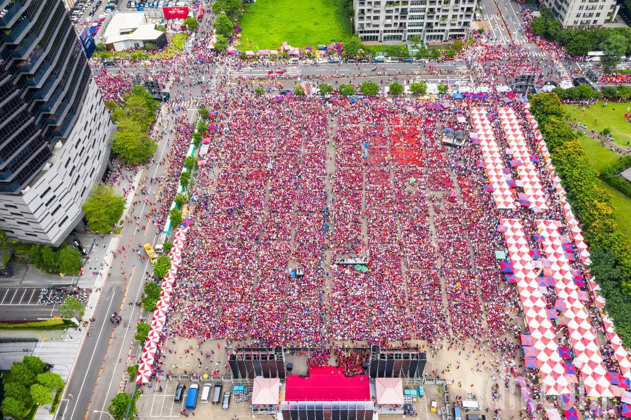 韓國瑜台中造勢活動在老虎城旁舉行,由於會場空間有限,支持者多到只能在河南路上參與...