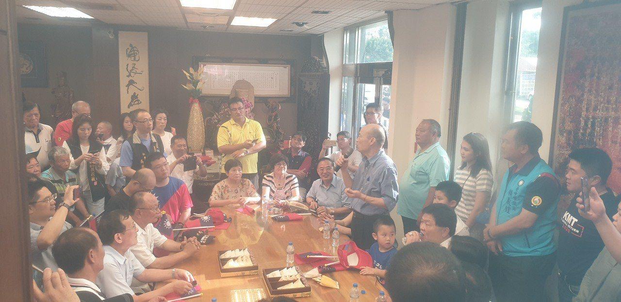 韓國瑜和妻李佳芬下午到顏清標服務處,受到熱情歡迎。記者振昇/攝影