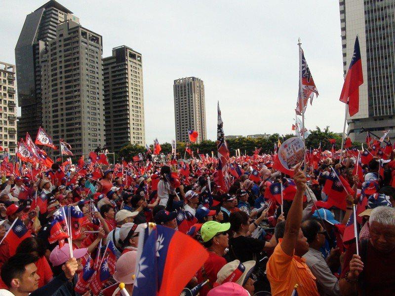 高雄市長韓國瑜今天到台中造勢,會場已經聚集許多韓粉,5時10分,主辦單位現場宣布超過8萬人。記者余采瀅/攝影