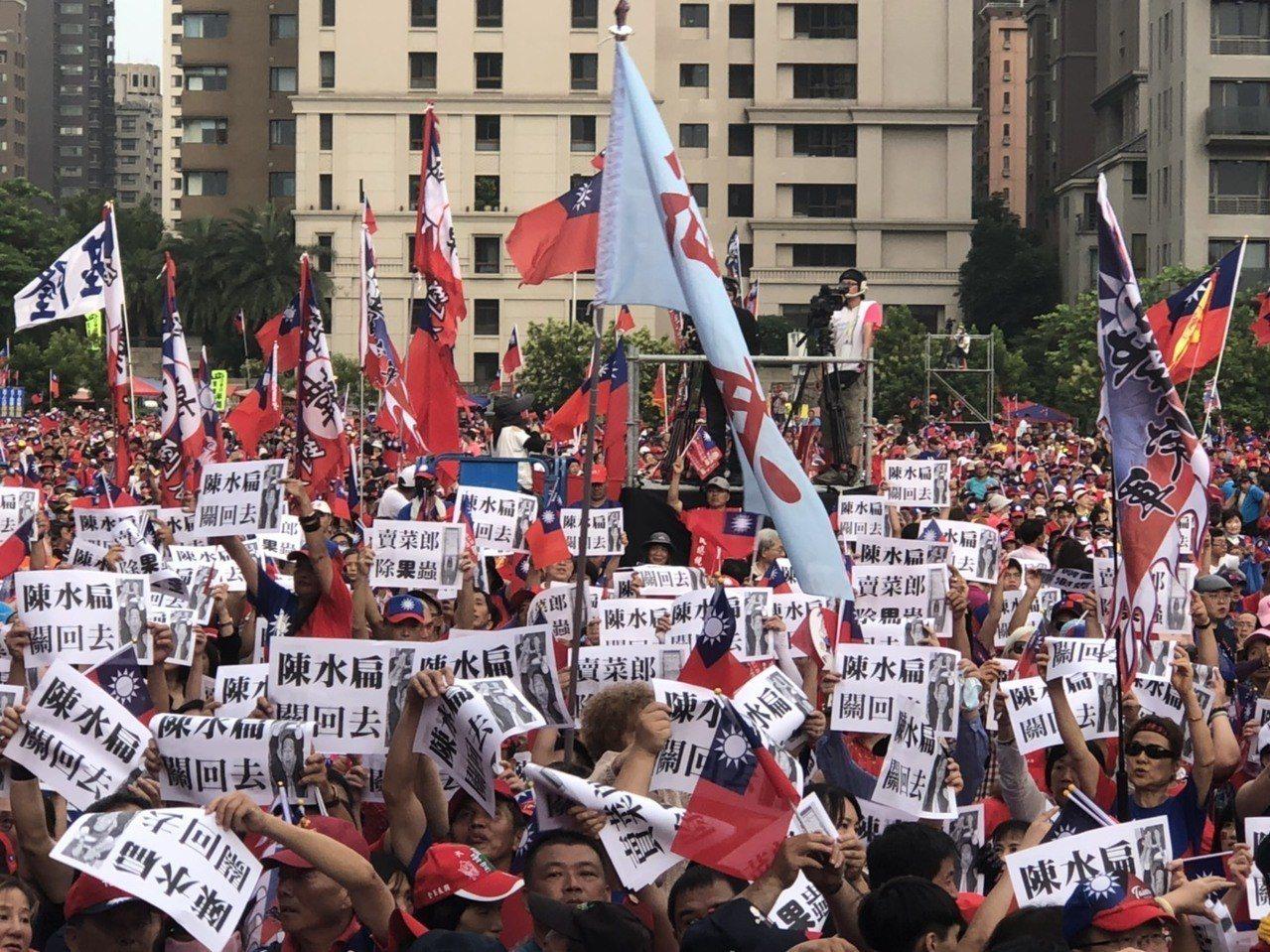 韓粉擠爆台中造勢,上千名韓粉手持「陳水扁關回去」標語沈默抗議。記者陳秋雲/攝影