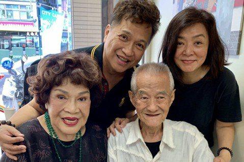 有「史上最經典小龍女」美譽、香港氣質女星陳玉蓮近期帶著親友來台尋親,僅憑名字、一張親人年輕時的照片,找到住在新北市板橋的85歲表叔張銘科,闊別數十年親人們團聚,陳玉蓮一見表叔,上前一個大擁抱,場面溫...