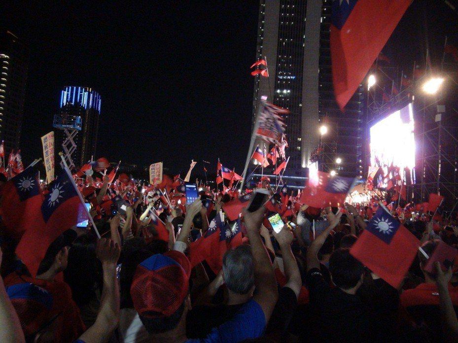 今晚7點多,韓國瑜與妻子李佳芬在百位青年軍的簇擁下大進場。記者余采瀅/攝影