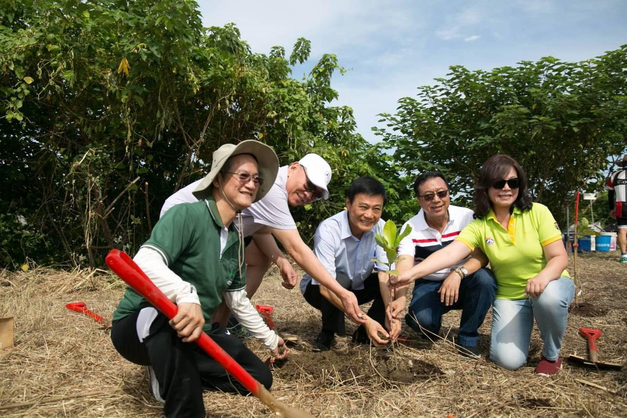 大家一起種樹護地球。圖/主辦單位提供