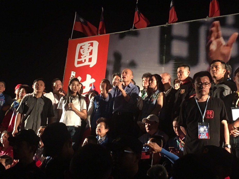 高雄市長韓國瑜台中造勢,晚間發表演說談到綠營民調到「公投法」,他痛批「民進黨得到權力中毒症」。記者陳秋雲/攝影