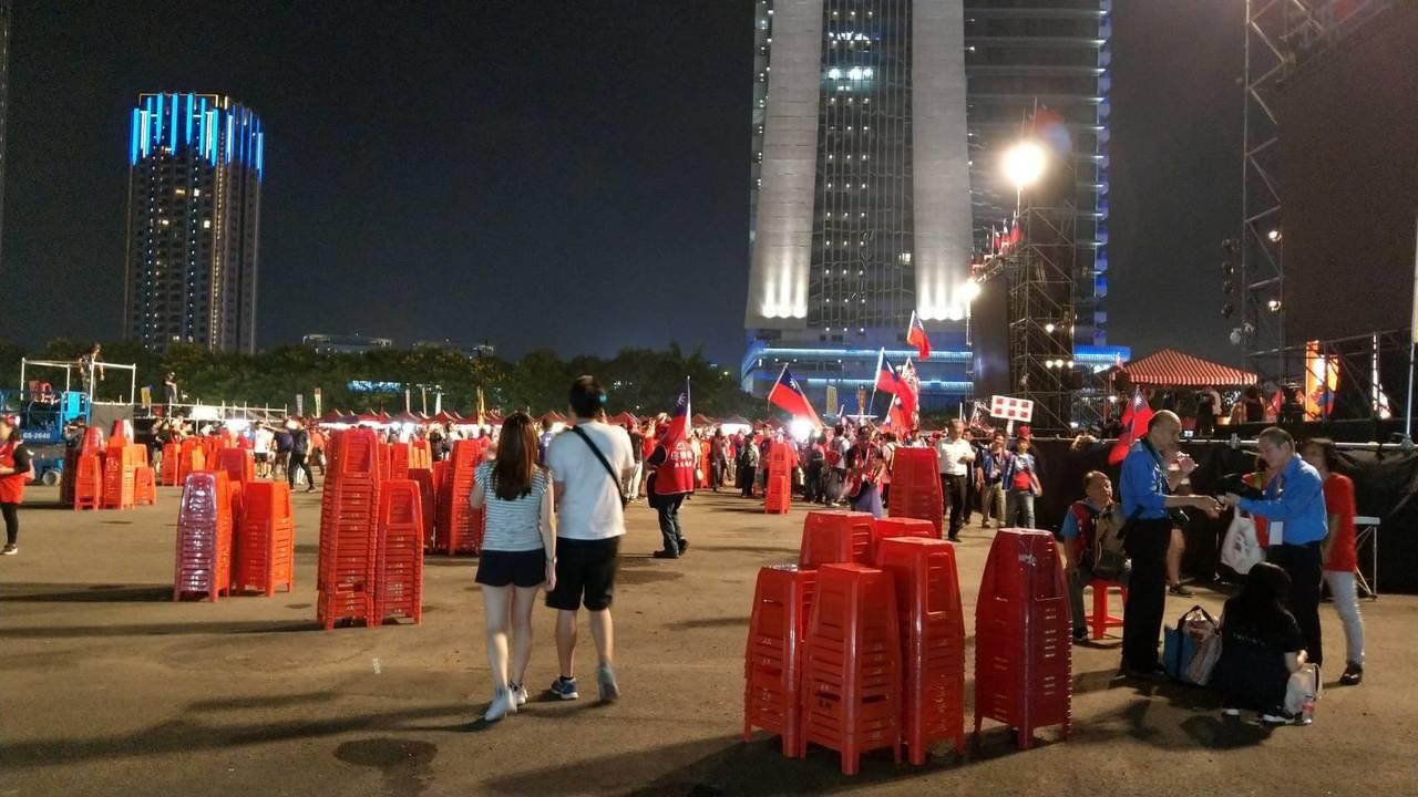 韓國瑜台中場造勢,晚間8點左右結束,現場5分鐘散場完畢,大家自發性收椅子、撿垃圾...