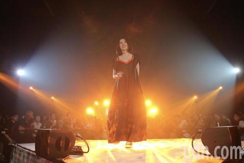 歌手白安晚間在松菸五號倉庫舉辦小型演唱會,背著吉他自彈自唱的她,一連演唱19首歌曲與歌迷一起同樂。