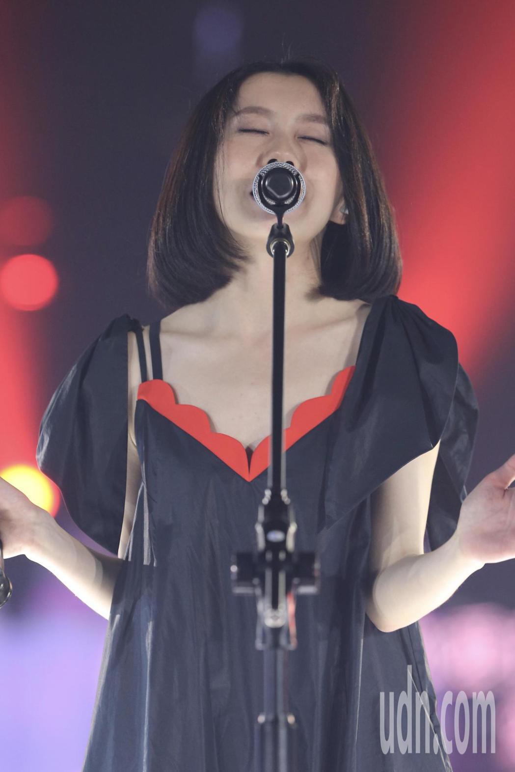 歌手白安晚間在松菸五號倉庫舉辦小型演唱會。記者許正宏/攝影