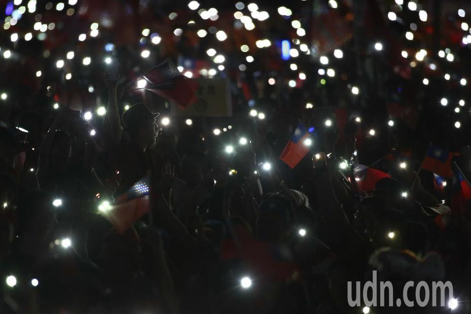 高雄市長韓國瑜台中造勢活動,現場民眾用手機燈海隨著歌曲揮舞。記者黃仲裕/攝影