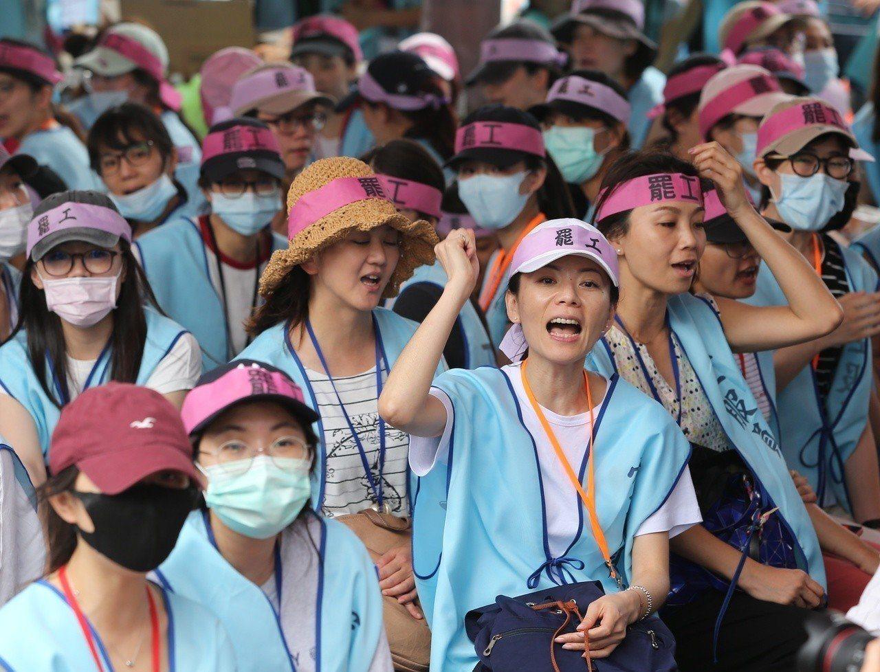 長榮航空空服員罷工進入第三天,持續在長榮南崁運航大樓前抗議。 記者林澔一/攝影