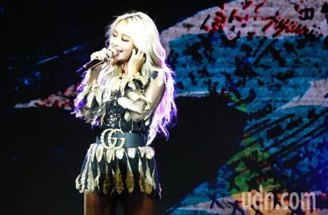 韓國性感女神孝琳今唱進大直ATT Showbox,帶來歐美舞者一起勁歌熱舞。她知道粉絲都想聽經典歌曲,獻唱一連串SISTAR時期的代表作「TOUCH MY BODY」、「Ma Boy」等,800名粉...