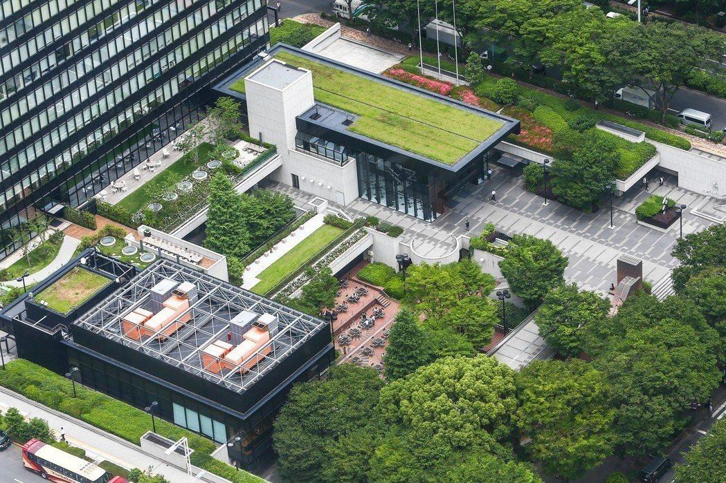 東京推動「屋上綠化」20年,早期在屋頂種草皮,逐漸進化到種水稻、養蜜蜂,甚至開闢...