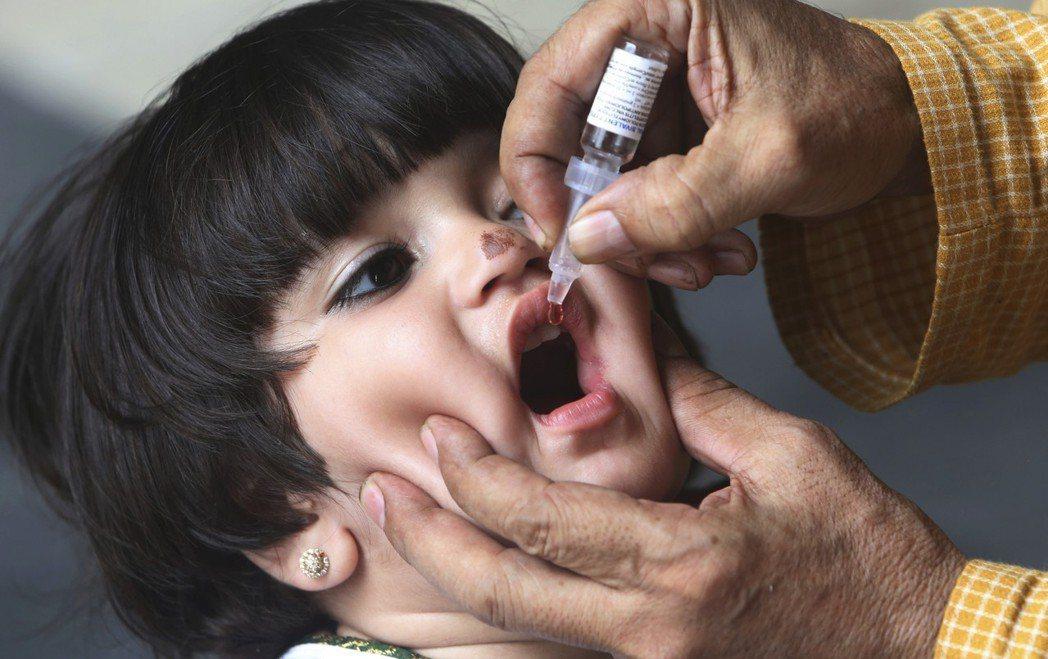 南亞和東非在調查中是對疫苗信任度最高的地區,圖為一名巴基斯坦小孩接受施打小兒麻痺...