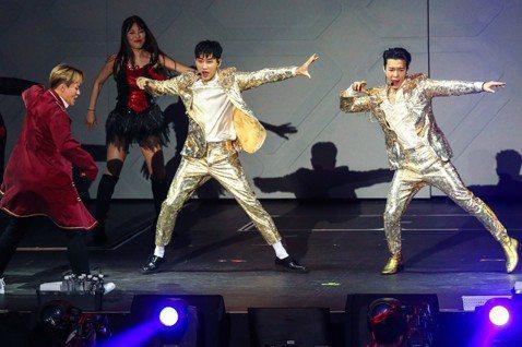 Super Junior東海、銀赫組成的子團體D&E 23日在新莊體育館進行第二天演唱會,他們下午先接受媒體訪問,才回答第一題東海就被銀赫連打兩拳。因為被問到彼此覺得對方最帥和最醜的時候,銀...