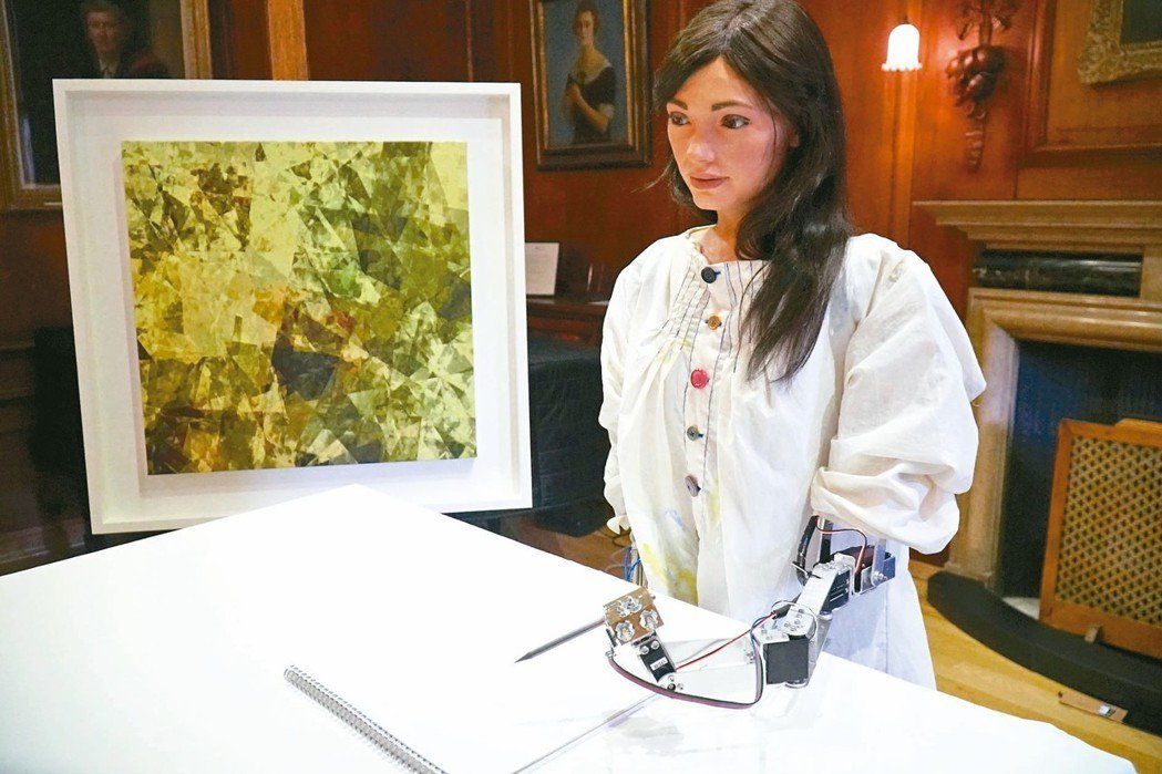 英國牛津舉辦人工智能展,世界首個機器人藝術家Ai-Da的個人畫展同時舉行。機器人...