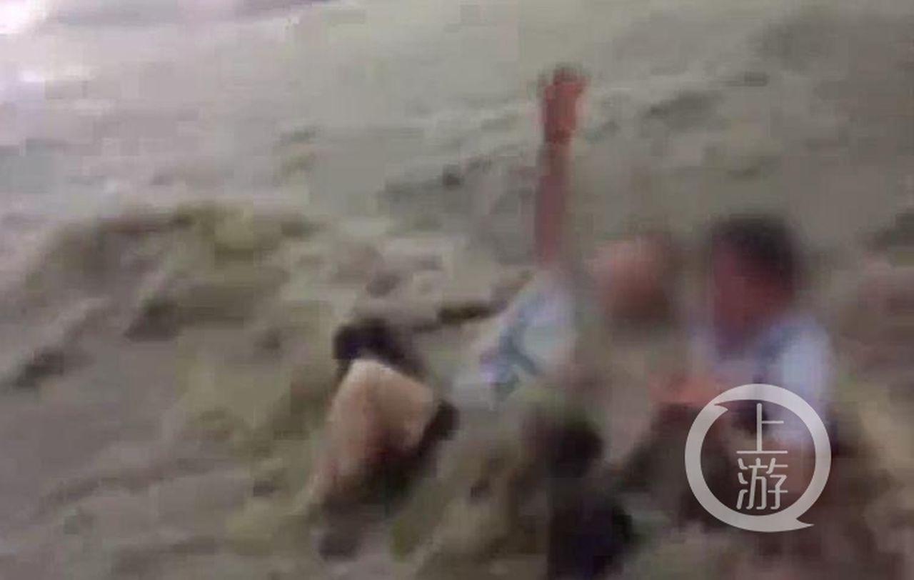 重慶暴雨兩人過馬路被洪水沖走多人跳水相救。 圖/取自上游新聞