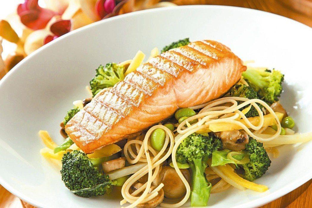 法式香蒜鮭魚鮮蔬義大利麵 圖/美威鮭魚提供