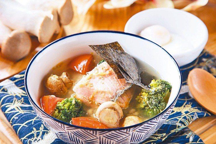 日式香蒜鮭魚茶泡飯 圖/美威鮭魚提供