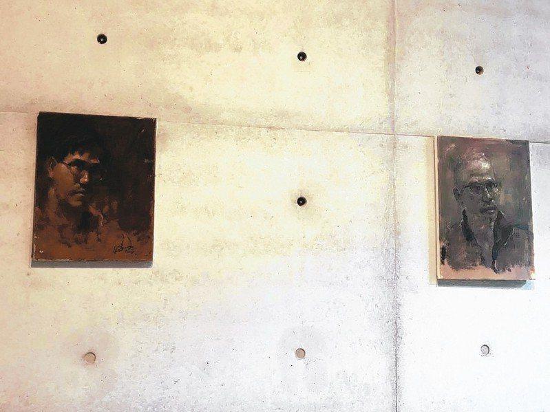 畫家李足新自畫像,左繪於2003年,右繪於2018年。 記者何定照/攝影