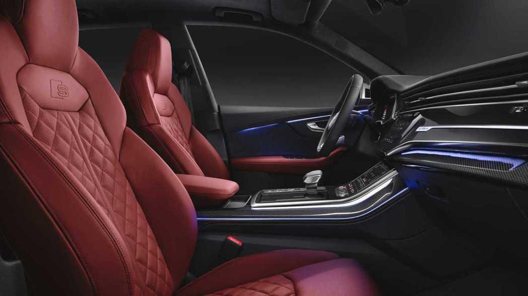 跑車座椅上同樣壓上S家族的徽飾。 摘自Audi