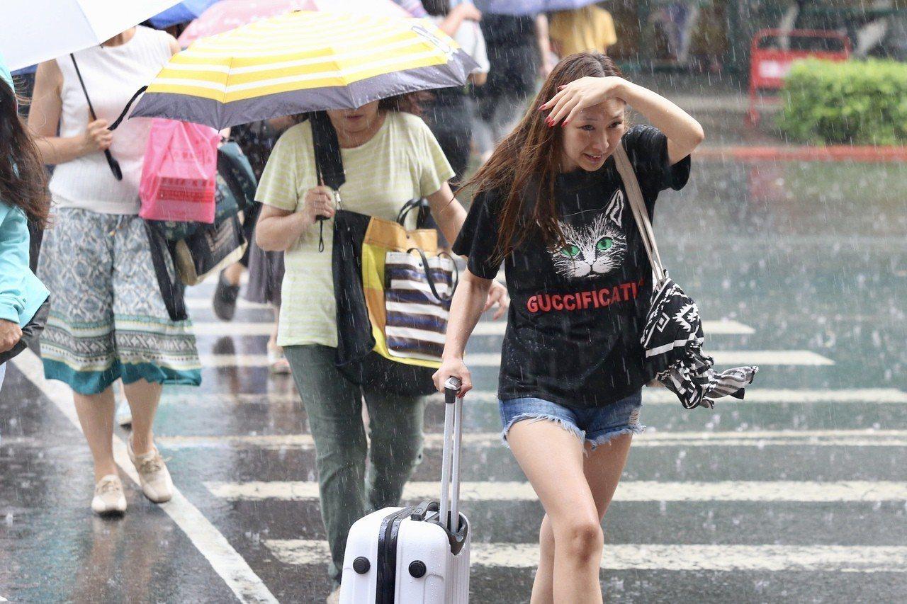 今天梅雨季第六道鋒面抵達;各地轉有陣雨或雷雨的天氣。本報資料照片