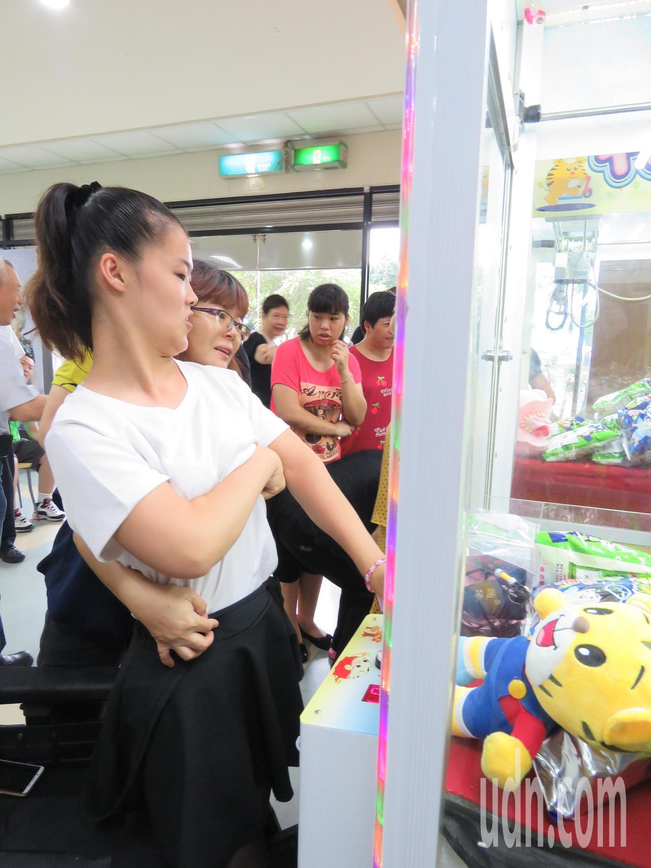 二林喜樂保育院院生開心玩夾娃娃機的情形。記者何烱榮/攝影