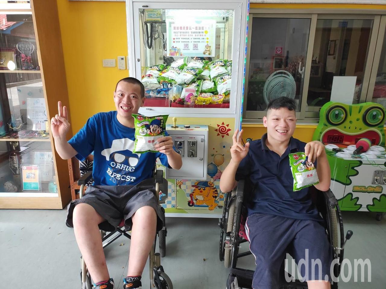 二林喜樂保育院院生玩夾娃娃機,開心抓到想要的餅乾。記者何烱榮/攝影