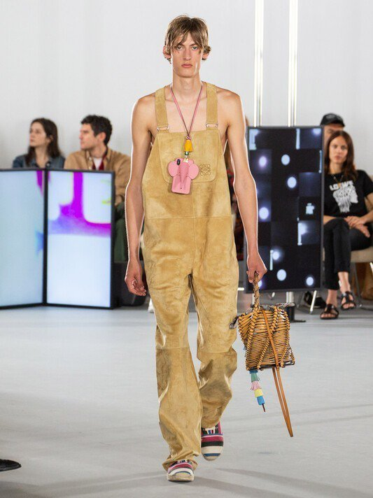 胸前掛著品牌標誌性的大象造型手機殼,呈現童心未泯的男孩樣貌。圖/摘自官網