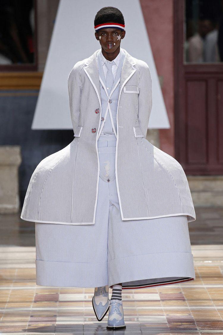 內有裙撐的大蓬裙以百褶、印花樣式呈現,寬褲同樣也用類似的手法強調圓弧輪廓,更顯可...
