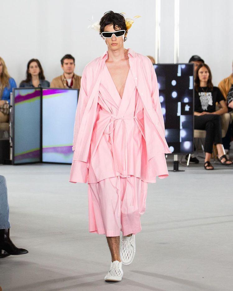 Loewe粉色襯衫等所組合成的套裝,展現悠然自得姿態。圖/摘自IG
