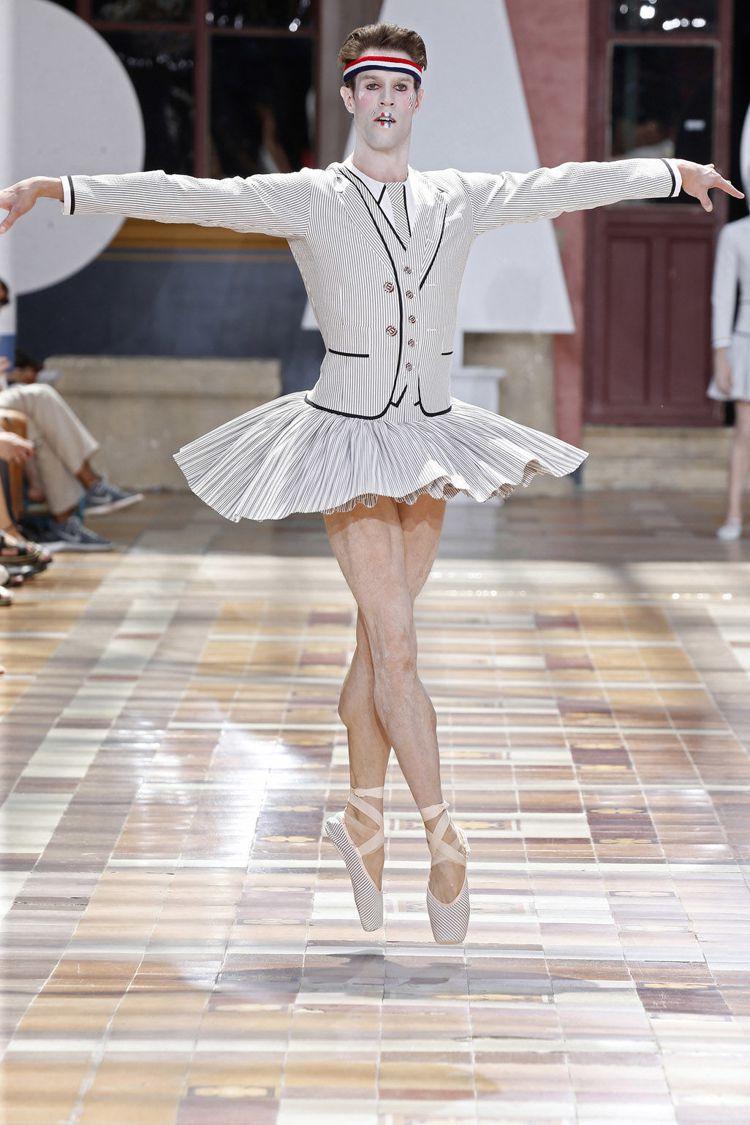 美國芭蕾舞者James Whiteside西裝風芭蕾裝跳舞登場。圖/摘自官網