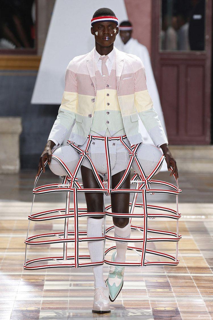 Thom Browne在2020春夏男裝系列中繼續讓男性們穿上裙子,以「凡爾賽鄉...