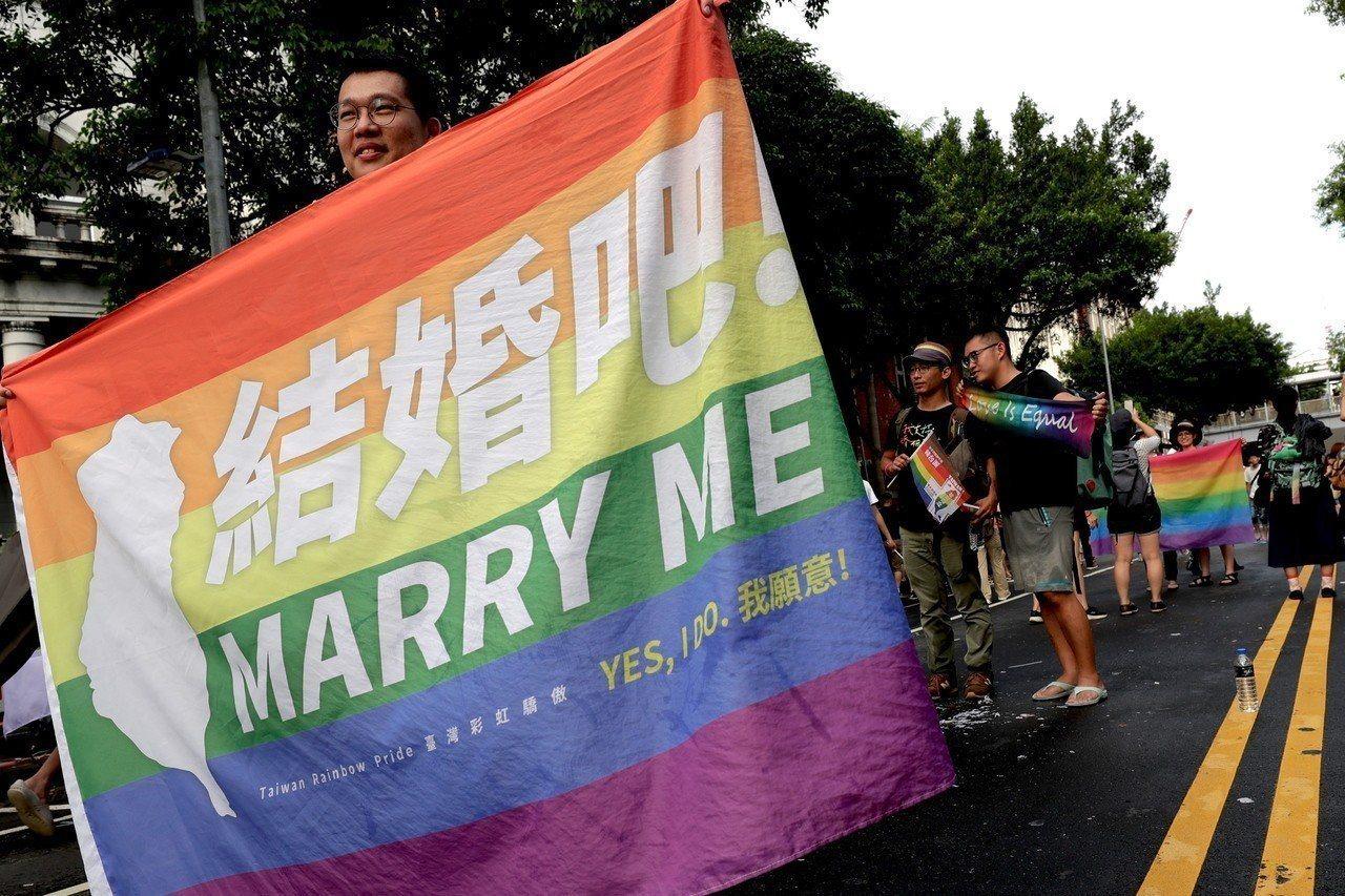 內政部表示,跨國同志無法成婚,可保留同性註記。歐新社