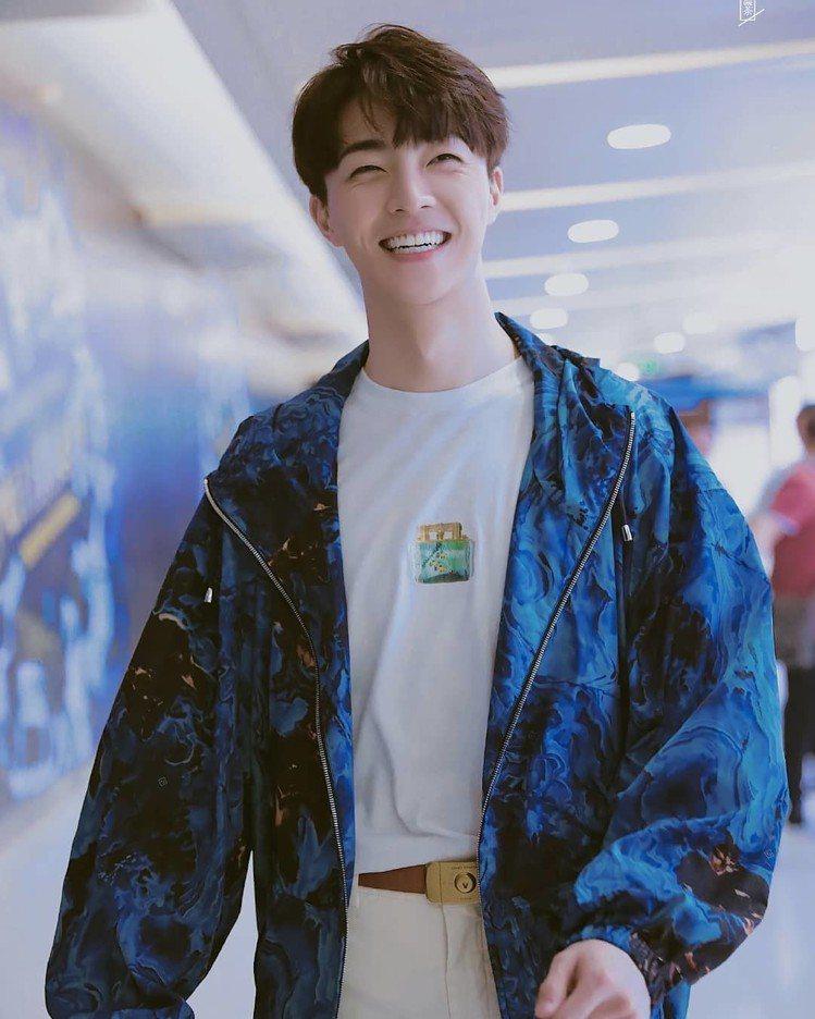 來自台灣的偶像男孩陳立農也受邀前往看秀,以大理石紋藍風衣搭配Aquarium系列...