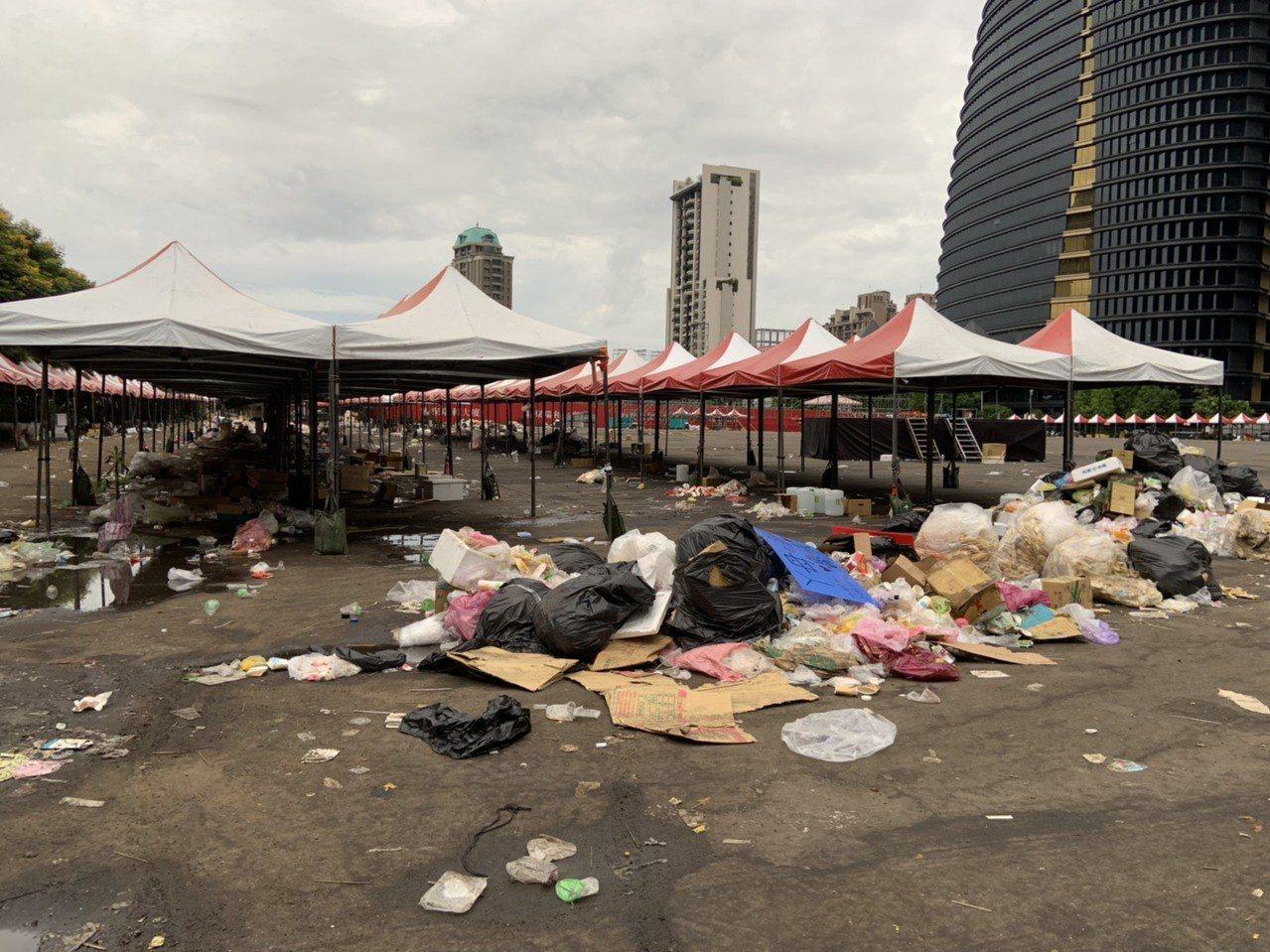 國瑜夜市在造勢活動後,垃圾滿地,又髒又臭。圖/讀者提供