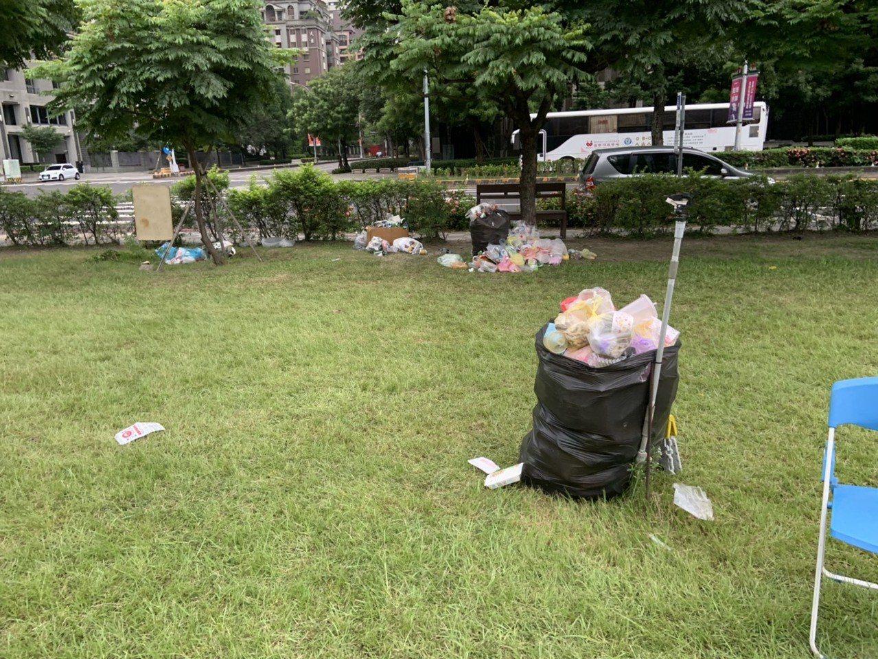 小來公園垃圾堆到滿出來。圖/讀者提供