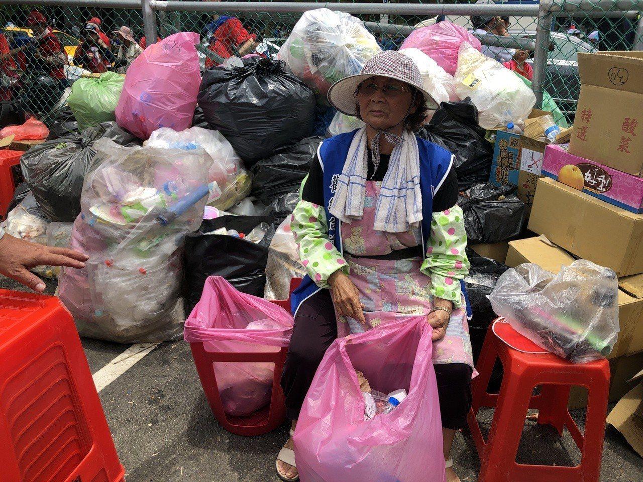 韓國瑜造勢大會現場,昨有不少志工揮汗清理垃圾。圖/讀者提供