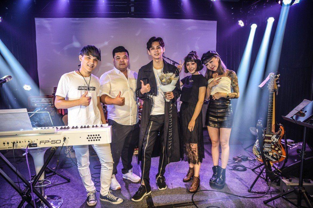 李狐(中)與17直播主小米(左起)、胖虎、李狐、陳洛、黃婷同台合唱。圖/尬音樂提...