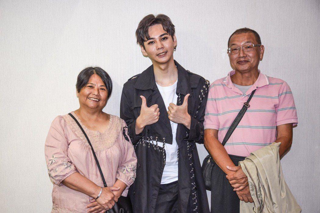 李狐(中)感謝父母到場支持。圖/尬音樂提供